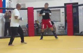 #VIDEO - Maestro de MMA aplicó increíble KO a luchador callejero
