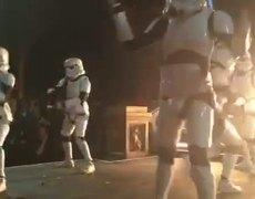 Mark Hamill demuestra como stormtroopers celebran el fin de rodaje de Star Wars 8 x