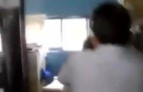 #VIDEO - Funcionario municipal de Guanajuato golpea a empleado y luego renuncia