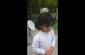 #VIDEO - Madre y padrastro huyen tras dar golpiza a niña de 4 años