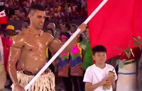 Ardiente Chico de #Tonga hace entrada con la Bandera y exótico cuerpo aceitado