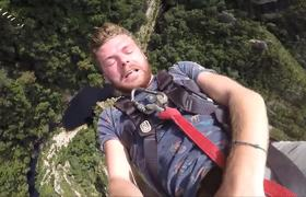 #VIRAL - Man jumps in bungee forget to empty your pockets