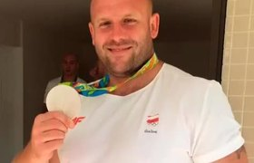 Atleta subasta medalla de Río 2016 para costear tratamiento de su hijo