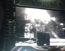 #VIRAL - Cantante de Pearl Jam saca a fan de concierto por agredir a una mujer