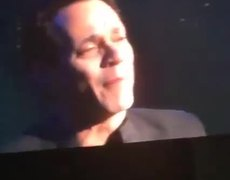 Marc Anthony llora por muerte de Juan Gabriel en concierto