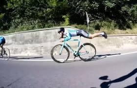 #VIRAL - Cyclist rides like Superman