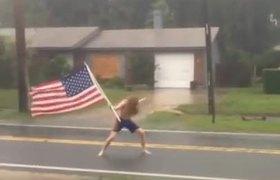 #VIRAL - Hombre con bandera enfrenta al Huracán Matthew