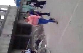 #VIDEO - Madre agrede a estudiante por molestar a su hija