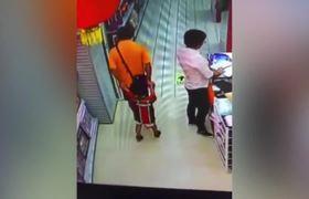 #VIDEO - Padre rompe accidentalmente el cuello a su hijo mientras jugaba