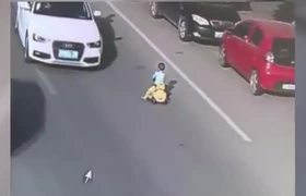 #VIRAL - Boy driving his toy car in traffic in China