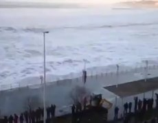 Giant wave shocked and devastated several curious in Spain