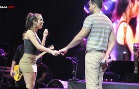 Toqueteo y beso entre fan y Romeo Santos