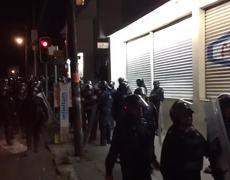 Policias subiendo pantallas a su unidad tras saqueo en la CDMX