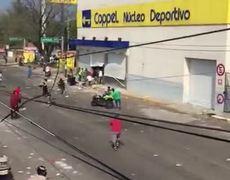 Roban motocicleta a policía durante saqueo en Veracruz