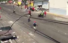Roban moto a policía durante saqueo en Veracruz