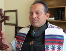 Violencia en Michoacán Chaleco antibalas se convierte en parte del atuendo de un sacerdote