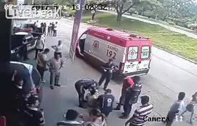 Hombre sobrevive después de ser Golpea Brutalmente en la Cabeza por una llanta