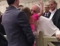 Little girl stole Pope´s hat