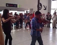 Sorprenden a turistas con flashmob en el Aeropuerto Internacional de Los Cabos
