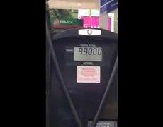 Despachador de gasolina es grabado alterando el precio de máquina expendedora
