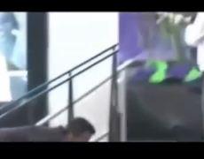 EPN se resbala en escaleras