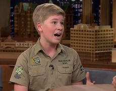The Tonight Show: Robert Irwin y Jimmy abrazando a un perezoso