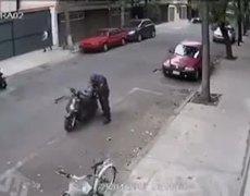 Video - Policías cambiando de lugar motocicleta para llevarla al corralón