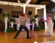 Pareja decide hacer un duelo de sables de luz como baile de bodas