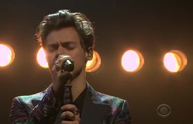 The Late Late Show: Harry Styles interpreta Sign of the Times