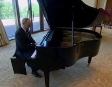 Putin toca en piano canción de Britney
