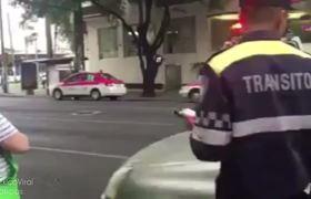 Insultan a policía de tránsito y chocan frente a él, Karma instantaneo