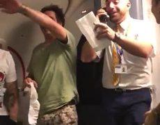 #VIRAL: Flight attendant sings