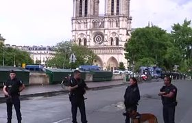 Paris Police Shoot Attacker Outside Notre Dame Cathedral