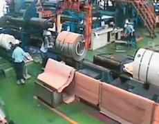 #CCTV: Operador de grua pierde el control y rollo de papel corre sobre empleado