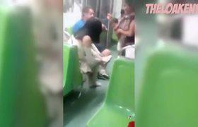 Regala sus zapatos a mujer que pedía limosna descalza en el Metro