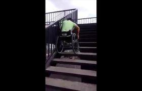 #VIRAL: In wheelchair climbs pedestrian bridge and no someone helps