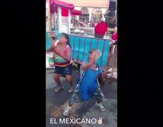 Cuando se prenden las doñas bailando cumbias y se llevan el show!!!
