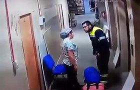 #CCTV: Paramedic hits brutally pregnant girlfriend
