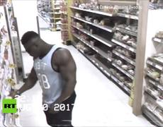 Cuando un culturista ve una cámara de seguridad