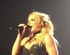 "Britney Spears Covers Bonnie Raitt's ""Something To Talk About"" Live!"