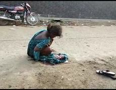 #VIRAL; Young woman childbirth on the street in India and nobody helps her