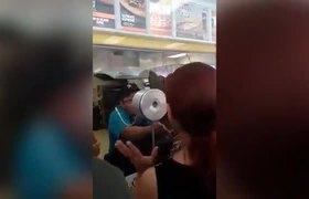 #LadyPizza' sale en defensa de clientes en Nuevo León