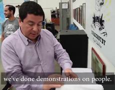 colombiano prueba su chaleco antibalas con su esposa