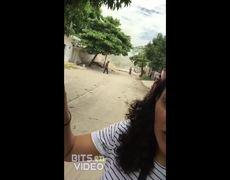 Mujer llora la demolición de su casa tras terremoto de 8.2 en Oaxaca