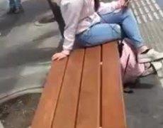 #VIRAL: Chica canta en plaza comercial con gran sentimiento