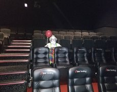 #VIRAL: Clown Dressed as Pennywise Sits Alone in Movie Theater Before Showing of 'It'
