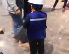 #VIRAL: Child gives candy to rescuers in #CDMX