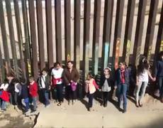 #VIDEO: In front of the United States wall, children sing