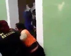 Policías detienen a peligrosa niña indígena y su mama por trabajar