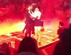#VIRAL: Maluma desprecia y empuja a una fan en pleno concierto en Guadalajara